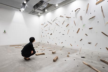 画像:「新・今日の作家展2016 創造の場所―もの派から現代へ」鈴木孝幸作品展示風景 photo:Ken KATO