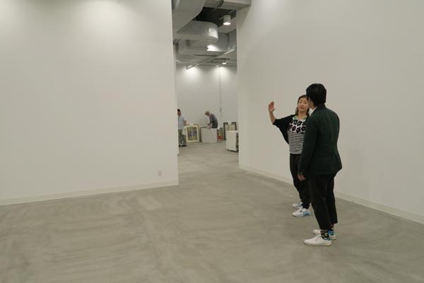 会場を見る田中さんと北川さん