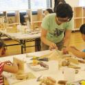 「新・今日の作家展2019 対話のあとさき」ワークショップ「建築廃材で木製ブックスタンドをつくる」(10月5日)門馬美喜氏と参加者の皆さん